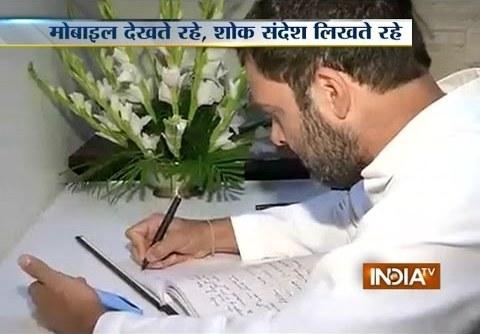 Rahul Gandhi caught on camera copying text from mobile phone while writing to pay tribute to the people died in Nepal
