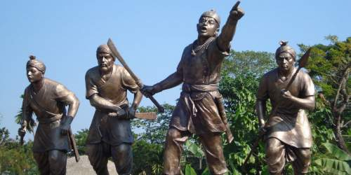 A statue depicting Lachit Borphukan leading his men from front - Mythicalindia