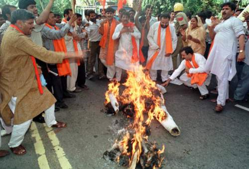 Shiv Sena protesters burning effigy