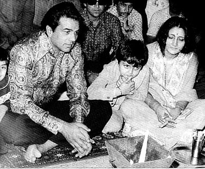Dharmendra with Sunny deol and family
