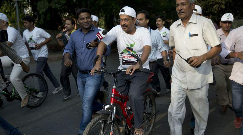 Arvind Kerjiwal rode bicycle to promote Odd-Even - Mythical India