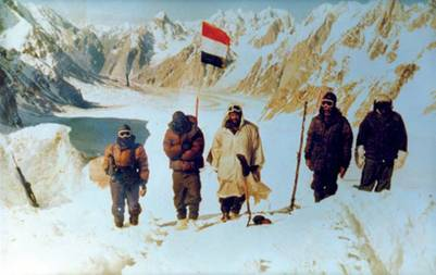 Indian trips hoisting Indian flag after capturing Siachen in Operation Meghdoot - Mythical India